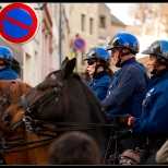 La Police très cavalière Monte la garde...